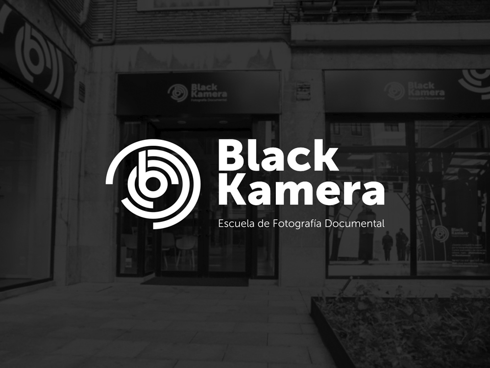 Black Kamera Logotipo fachada